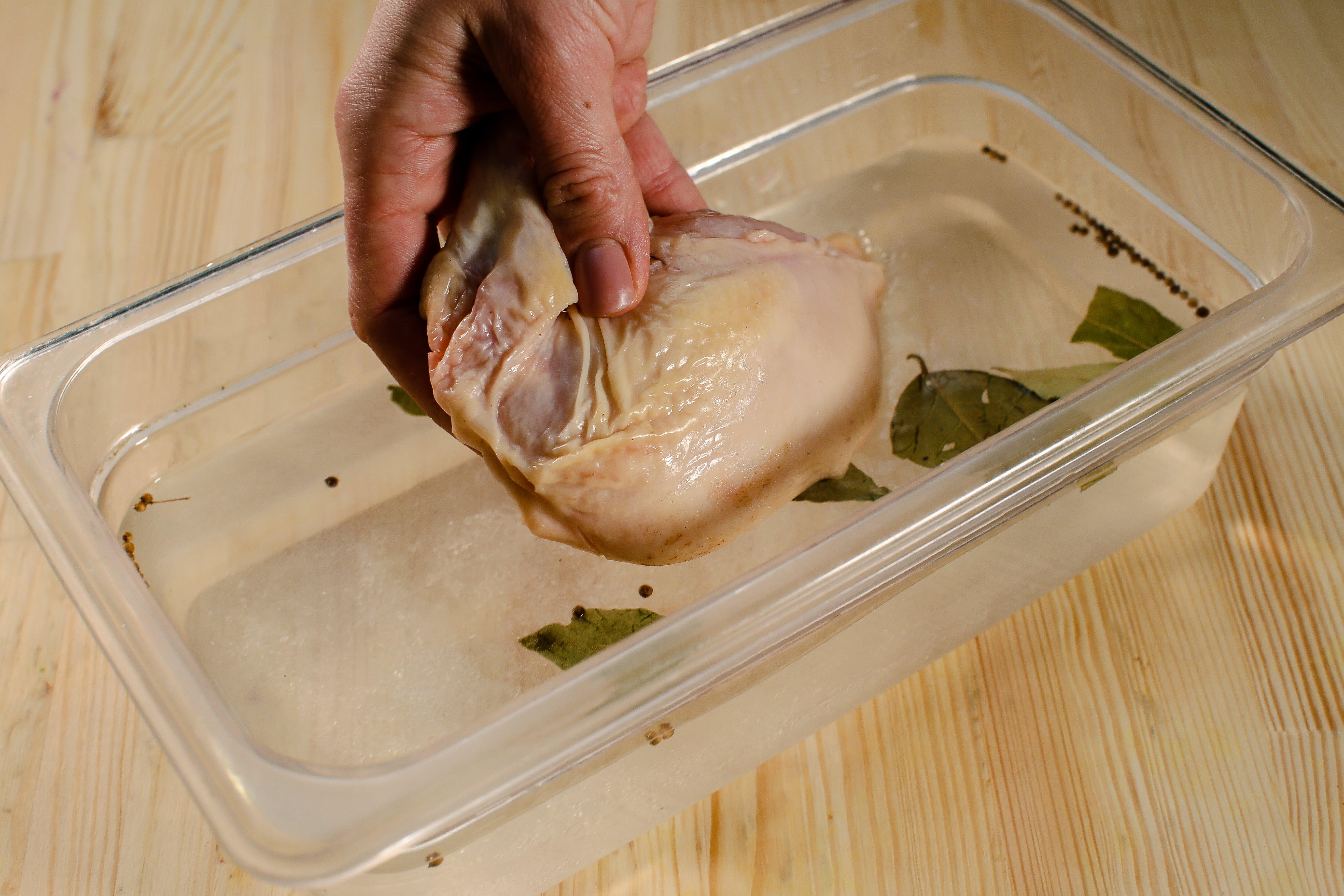 У воді розчинити сіль і цукор. Додати лавровий лист та чебрець. Помістити курячий сюпрем в розсол на 7-8 годин (1 ніч).