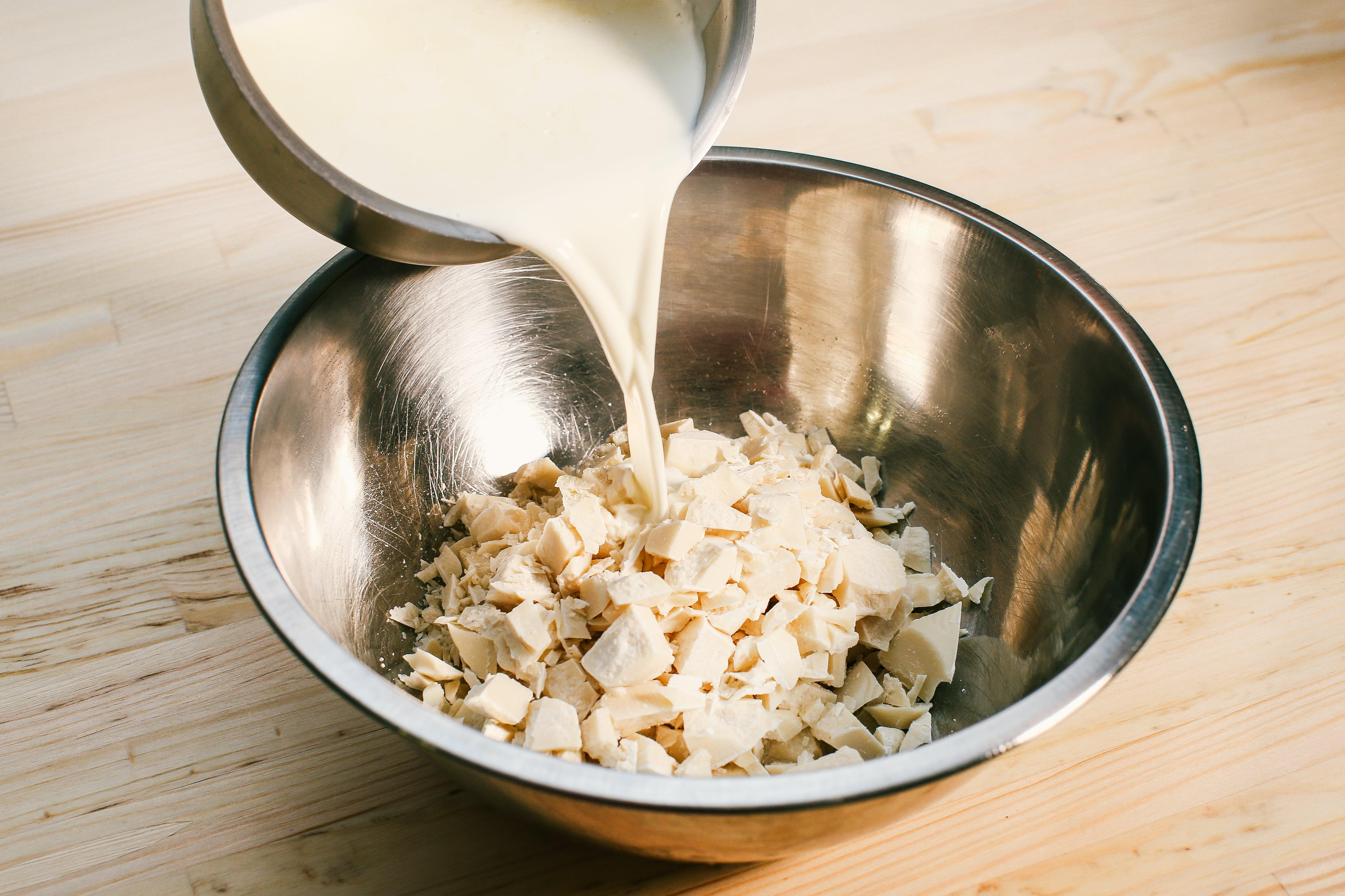 Для крему нагріті  (70-80ºC) вершки виливаємо в шоколад, розчиняємо і відправляємо в морозильну камеру на 2-3 години або в холодильник на 8-10 годин. Це називається – збитий ганаш.
