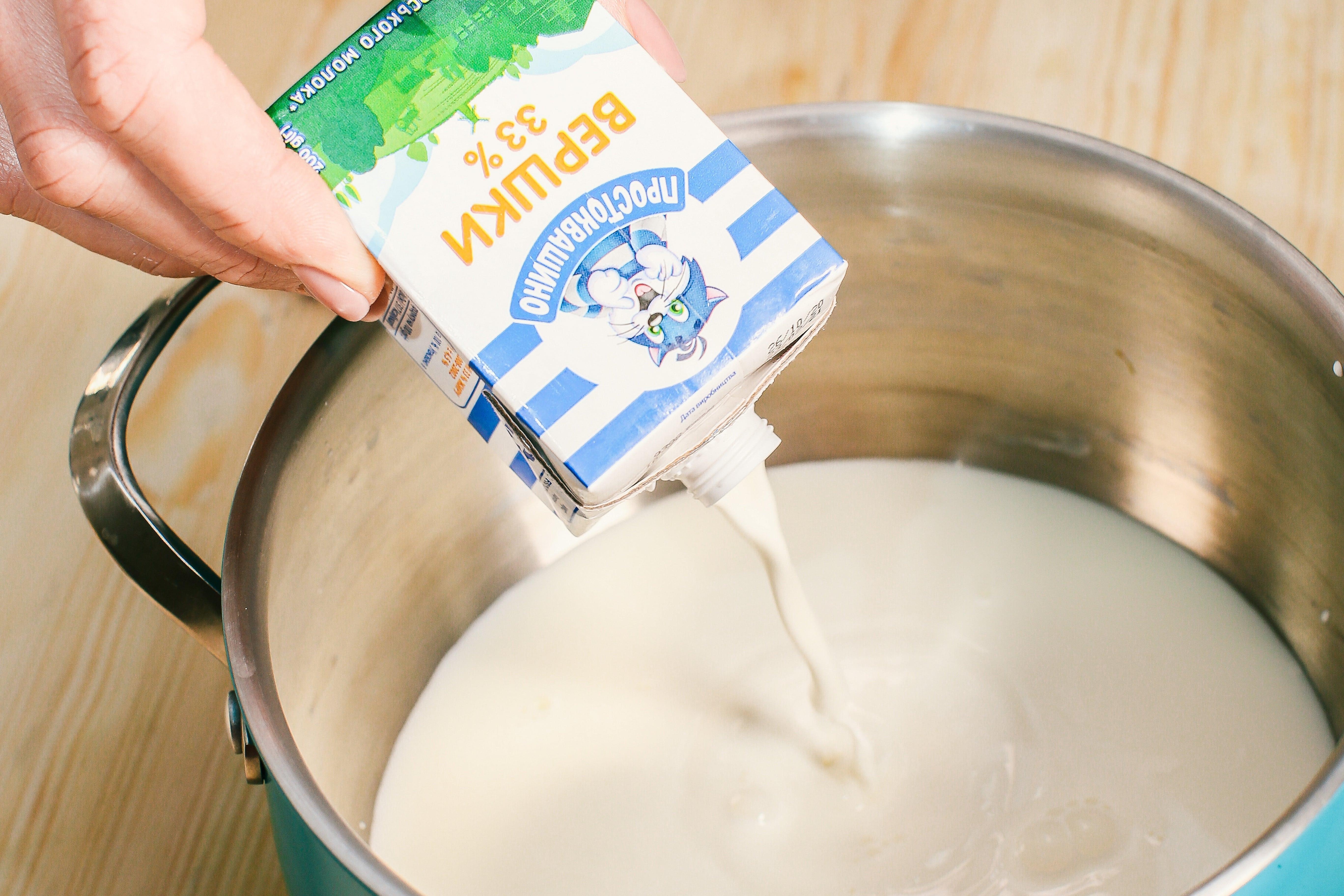 Нагріти вершки, молоко, цукор та ваніль. Як тільки суміш почне закипати – прибрати з плити.