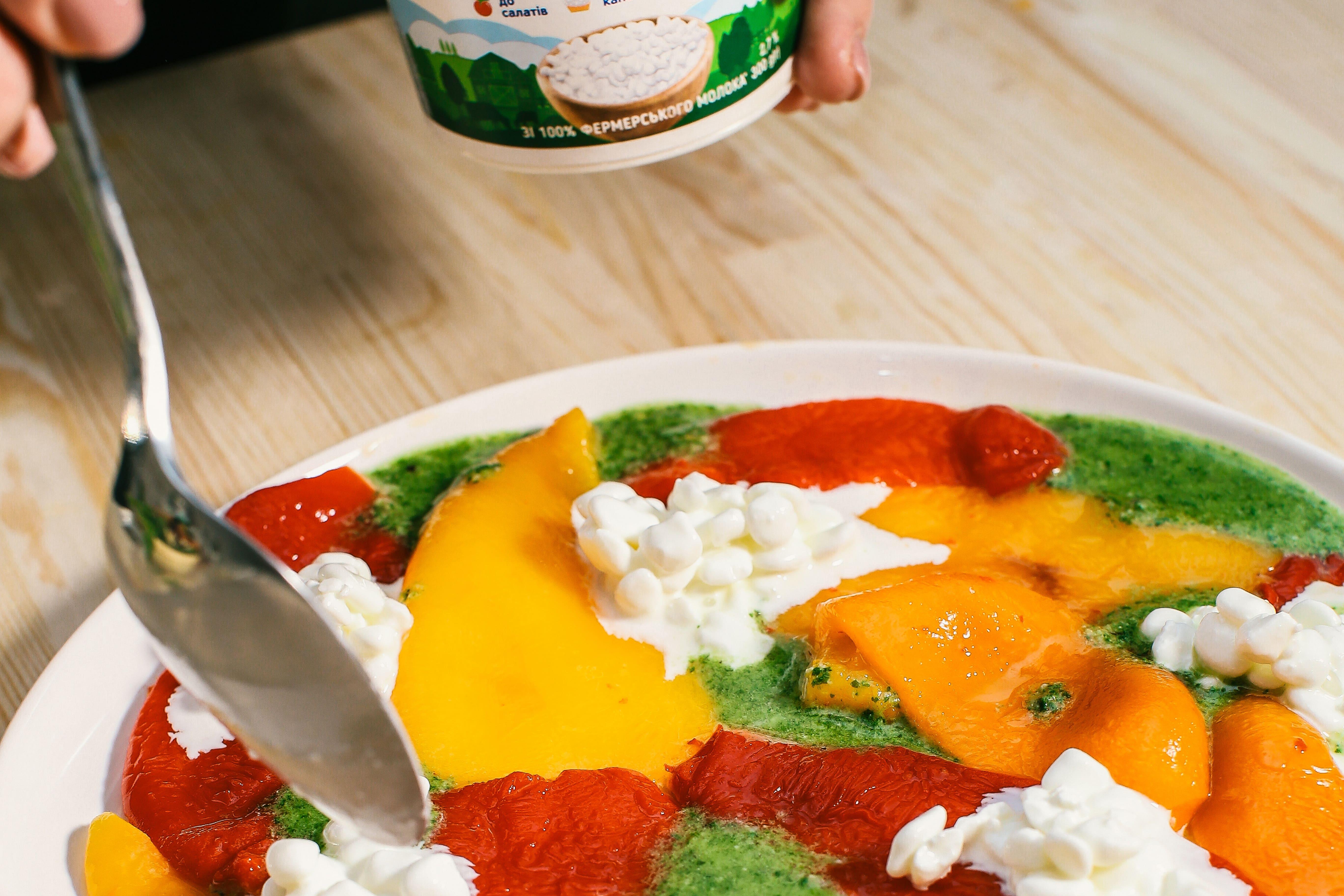 Подати страву, щедро посипати зернистим сиром, свіжими травами, полити соусом песто, додати оливки та горішки.