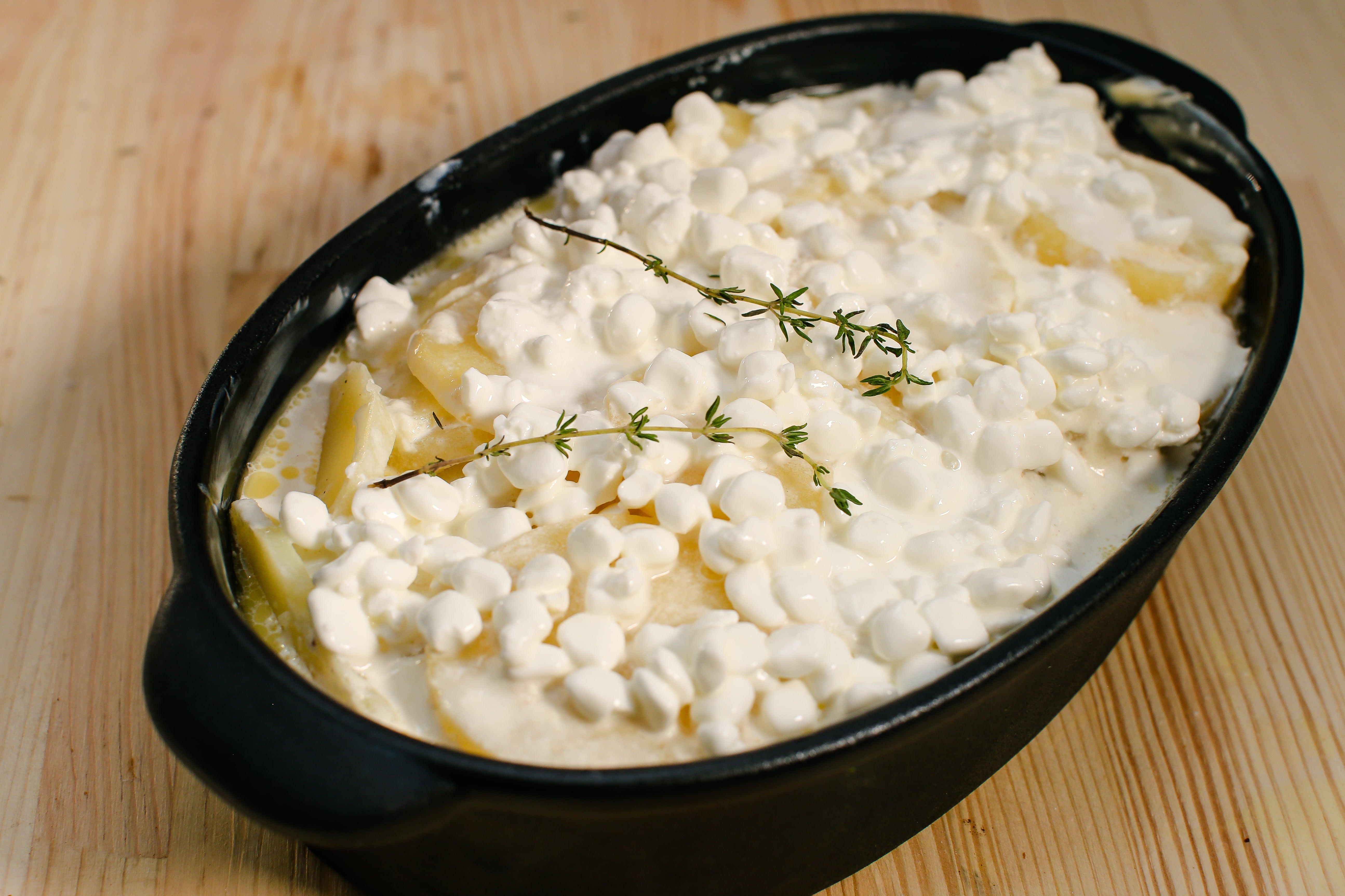 Перекласти картоплю з сотейника в форму і запікати 30 хв за температури 170С.