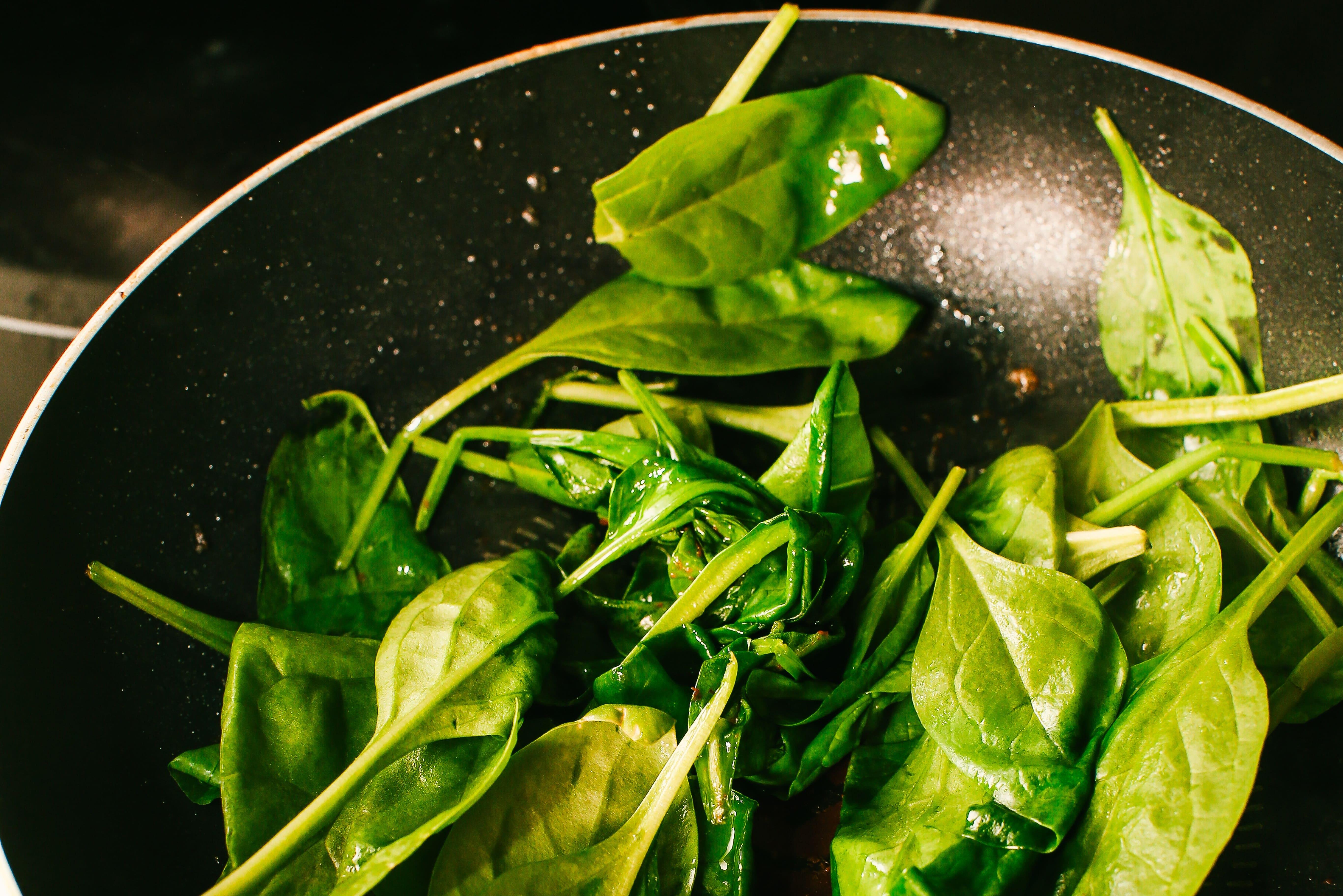 На цій самій сковороді припустити шпинат з часником.
